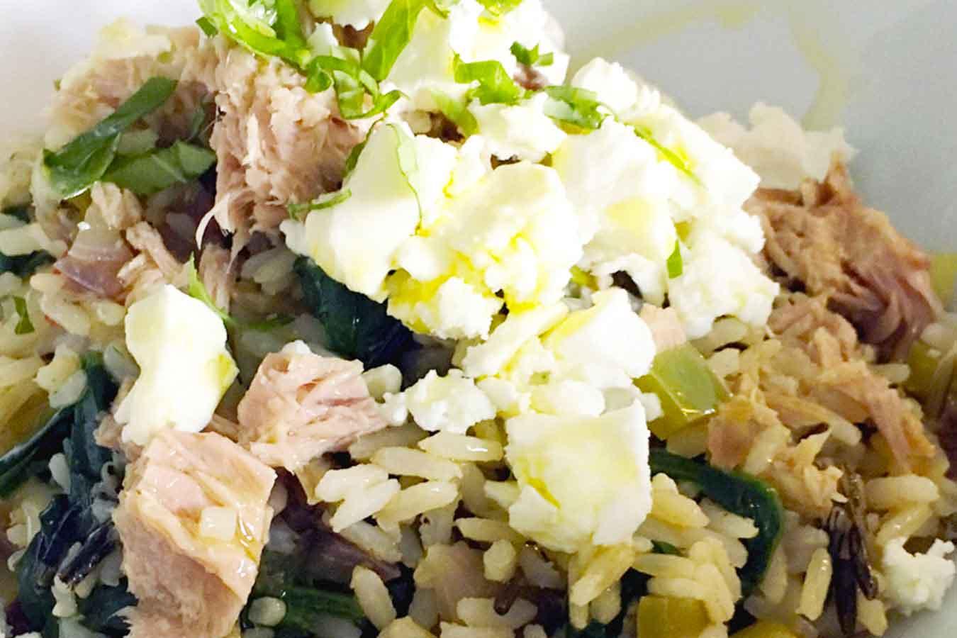 Insalata di riso con peperoni, tonno e feta