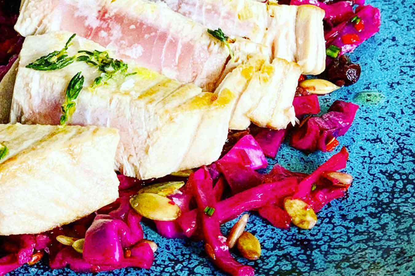 Tonno scottato con insalata calda di cavolo viola