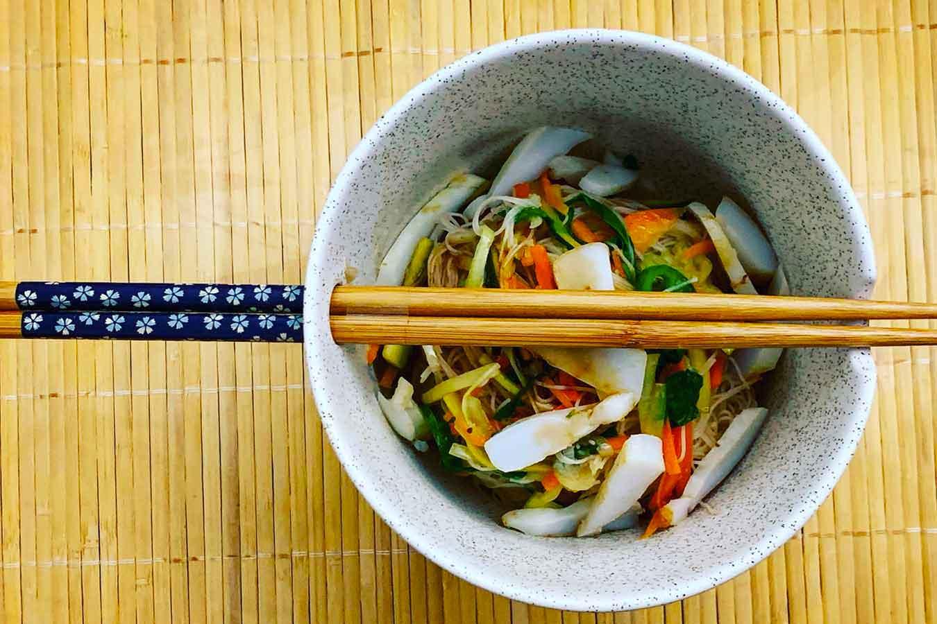 Noodles con verdure e seppia