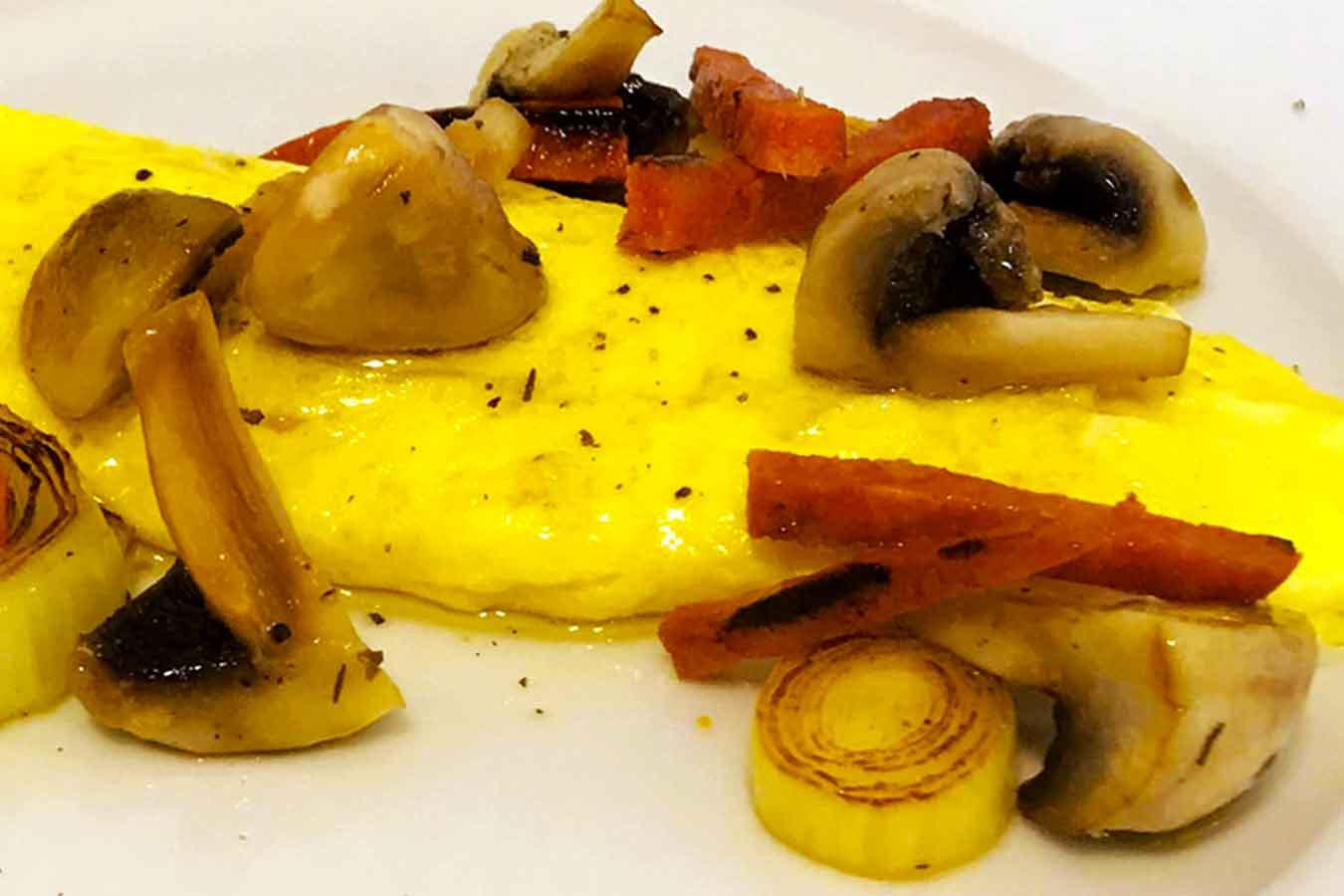 Omelette con funghi, porri e chorizo