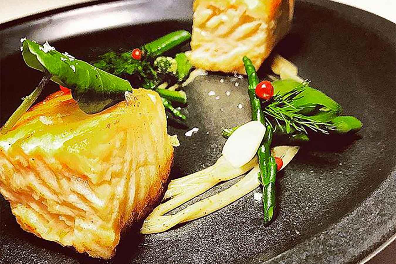 Ricetta Salmone Asparagi.Ricetta Filetti Di Salmone Scottati Con Asparagi E Salsa Di Arachidi La Ricetta Food N Rock