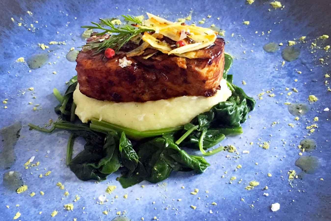 Salmone al tamarindo, pastinaca e spinaci